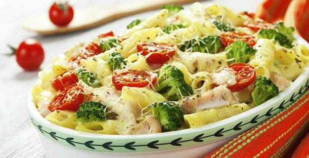 pasta-alfredo-con-pollo-y-brocoli-613x342